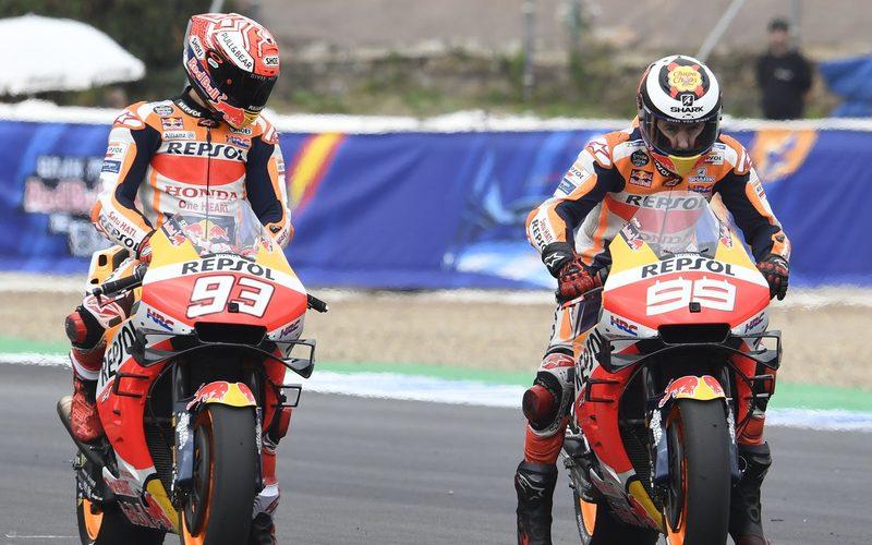Marc Marquez beobachtet in Jerez einen Startversuch von Jorge Lorenzo