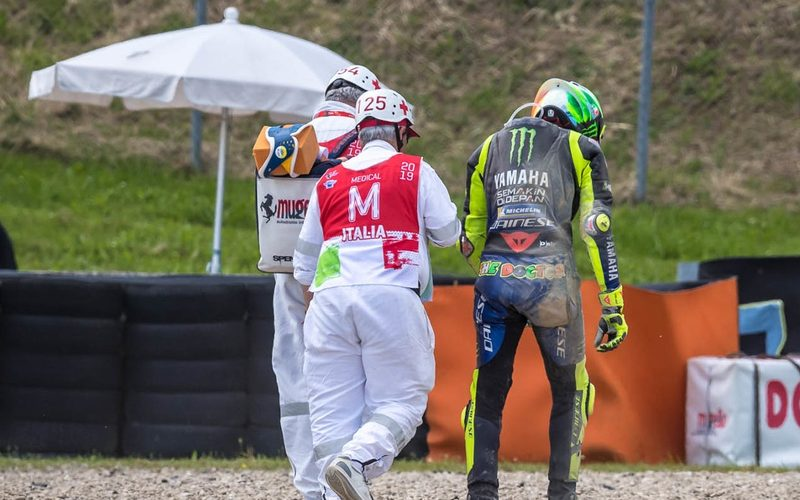 Mit hängenden Schultern stapft Rossi in der Auslaufzone von Arrabbiata 2 davon