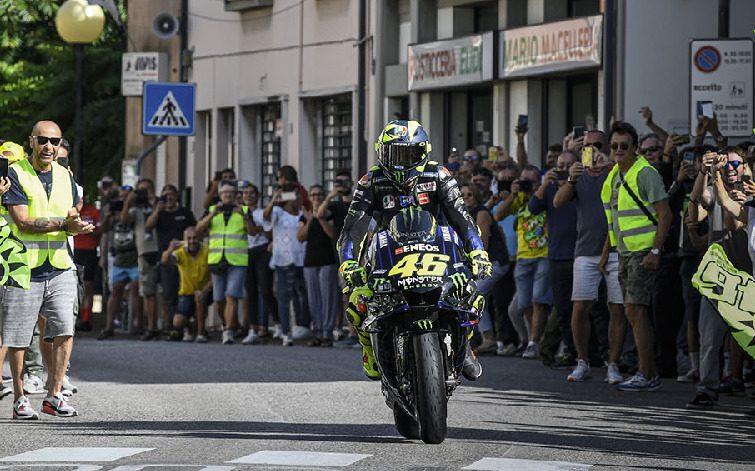 Valentino Rossi mit seiner MotoGP-Yamaha M1 in seinem Heimatort Tavullia