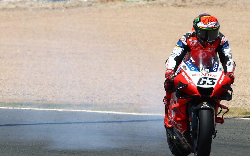 Die Ducati von Bagnaia versprühte fast zwei Runden lang Öl auf der Strecke