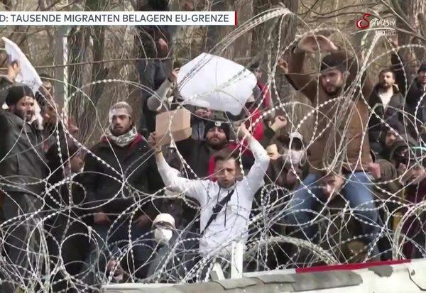 Tausende belagern Grenze